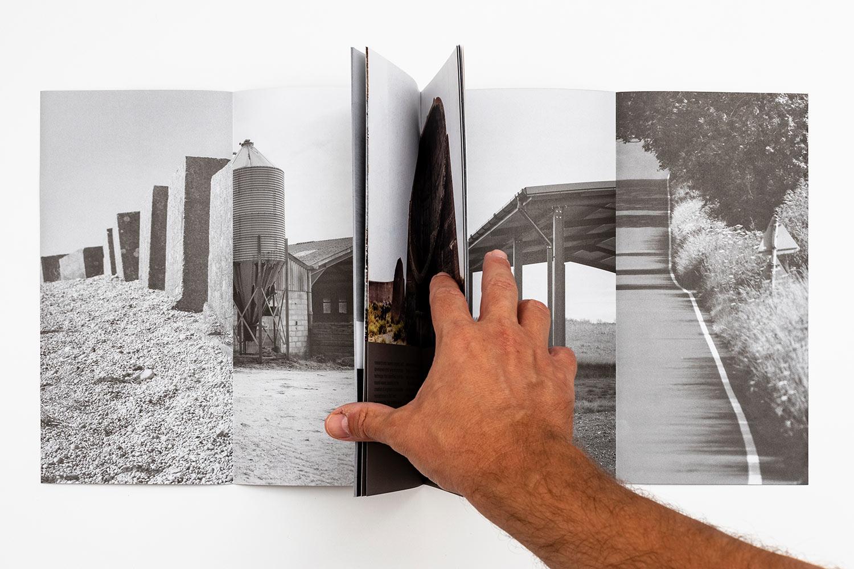 The Modernist plegados y mano sosteniendo la publicación