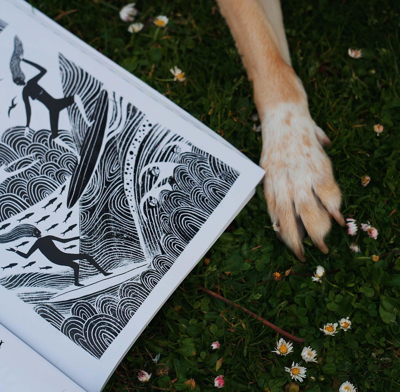 Oh magazine abierta con una pata de perro