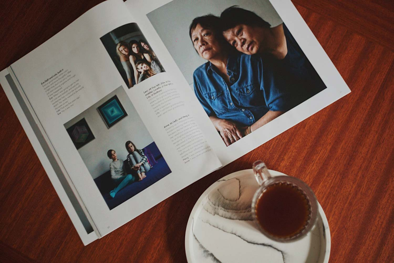 Oh magazine abierta con taza de café