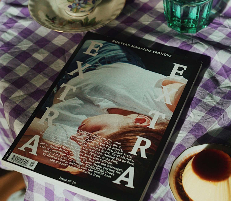 Extra Extra revista en mesa